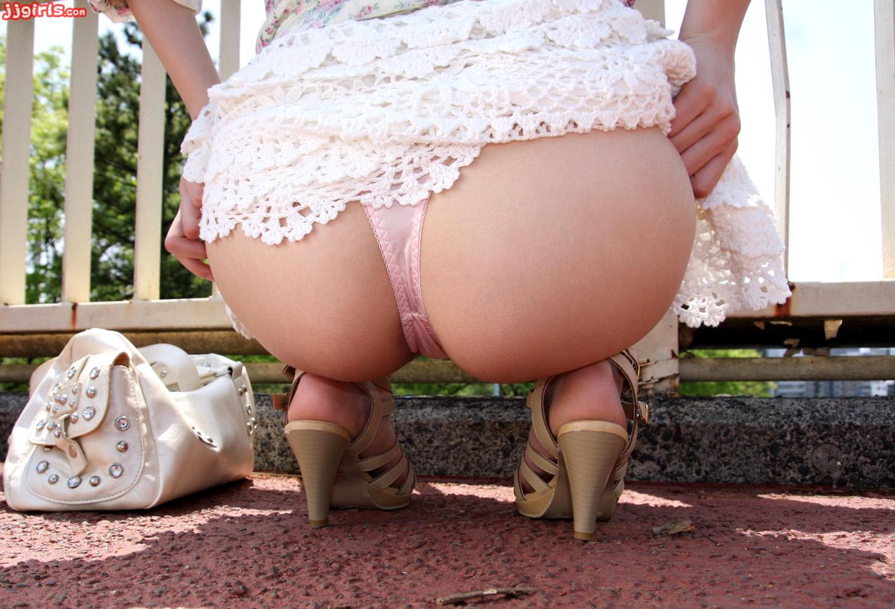 Стесняется поднять юбку 1 фотография